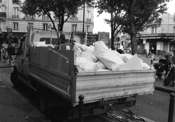 Camion-benne stationné à Paris sans autorisation